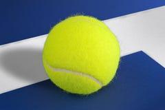 Pelota de tenis en la línea foto de archivo libre de regalías
