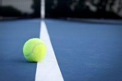 Pelota de tenis en la línea fotos de archivo