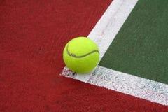 Pelota de tenis en la línea Fotografía de archivo