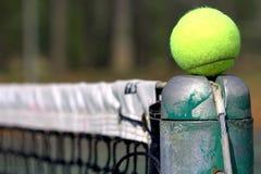 Pelota de tenis en la línea Imagen de archivo libre de regalías