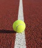 Pelota de tenis en la línea blanca Foto de archivo libre de regalías