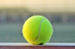 Pelota de tenis en la línea de fondo de la corte Fotos de archivo libres de regalías