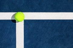 Pelota de tenis en la línea de servicio foto de archivo