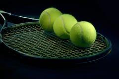 Pelota de tenis en la raqueta Imágenes de archivo libres de regalías