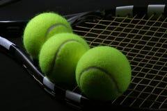 Pelota de tenis en la raqueta Fotografía de archivo