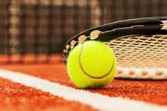 Pelota de tenis en un campo de tenis foto de archivo libre de regalías