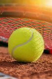 Pelota de tenis en un campo de tenis Fotografía de archivo