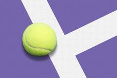 Pelota de tenis hacia fuera Foto de archivo libre de regalías