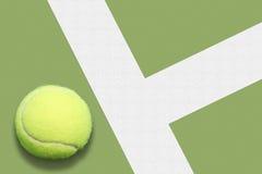 Pelota de tenis hacia fuera Imágenes de archivo libres de regalías