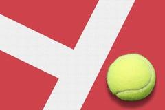 Pelota de tenis hacia fuera Foto de archivo