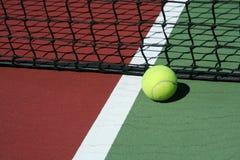 Pelota de tenis inbounds Fotos de archivo