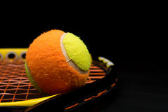 Pelota de tenis para los niños con la estafa de tenis Foto de archivo libre de regalías