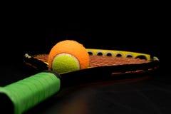 Pelota de tenis para los niños con la estafa de tenis Imagen de archivo libre de regalías