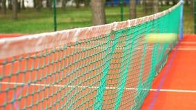Pelota de tenis que golpea la red del tenis durante partido metrajes
