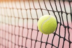 Pelota de tenis que golpea la red del tenis en el campo de tenis fotos de archivo