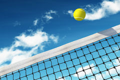 Pelota de tenis sobre red Fotos de archivo libres de regalías