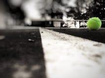 Pelota de tenis y corte Imagen de archivo libre de regalías