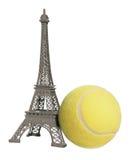 Pelota de tenis y Eiffel Imágenes de archivo libres de regalías