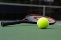 Pelota de tenis y estafa Foto de archivo libre de regalías