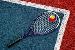 Pelota de tenis y Racket-1 imagen de archivo libre de regalías