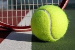 Pelota de tenis y raqueta Fotografía de archivo