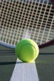 Pelota de tenis y raqueta Imagenes de archivo
