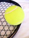 Pelota de tenis y raqueta Foto de archivo libre de regalías