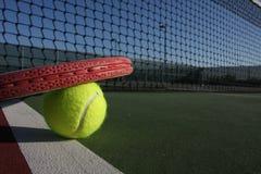 Pelota de tenis y raqueta Imagen de archivo libre de regalías