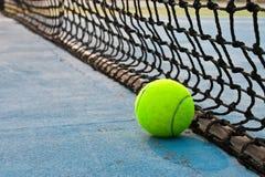 Pelota de tenis y red Fotos de archivo libres de regalías