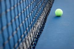 Pelota de tenis y red imagenes de archivo
