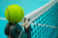 Pelota de tenis y red del tenis Foto de archivo libre de regalías