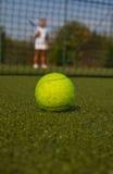 Pelota de tenis y silueta del jugador de tenis Imagen de archivo