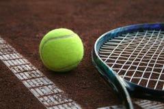 Pelota de tenis y una raqueta Imagen de archivo libre de regalías