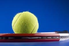 Pelota de tenis y una raqueta de tenis Imagen de archivo