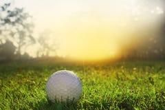 Pelotas de golf en céspedes verdes en campos de golf hermosos fotos de archivo libres de regalías