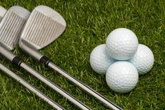 Pelotas de golf y clubs de golf Fotografía de archivo libre de regalías
