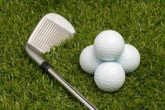 Pelotas de golf y clubs de golf Imagen de archivo libre de regalías