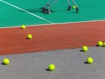 Pelotas de tenis amarillas en el campo del tenis Tenis grande Imagen de archivo libre de regalías