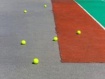 Pelotas de tenis amarillas en el campo del tenis Tenis grande Fotografía de archivo libre de regalías