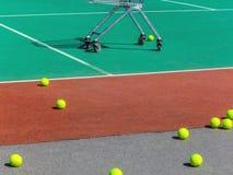 Pelotas de tenis amarillas en el campo del tenis Tenis grande Imagen de archivo
