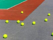 Pelotas de tenis amarillas en el campo del tenis Tenis grande Imagenes de archivo