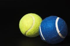Pelotas de tenis azules y verdes Imágenes de archivo libres de regalías