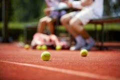 Pelotas de tenis en campo de tenis Imagen de archivo libre de regalías