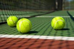 Pelotas de tenis en corte Imagen de archivo