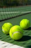 Pelotas de tenis en corte Fotografía de archivo
