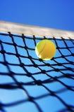 Pelotas de tenis en corte imagenes de archivo