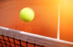 Pelotas de tenis en corte Fotos de archivo