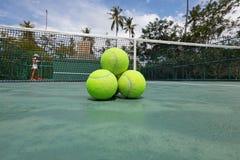 Pelotas de tenis en corte Imágenes de archivo libres de regalías