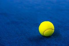 Pelotas de tenis en corte azul imágenes de archivo libres de regalías