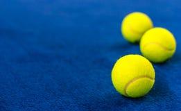 Pelotas de tenis en corte azul Fotos de archivo